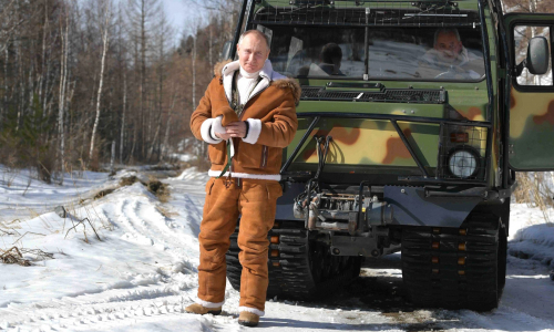 Телеканал «Дождь» выяснил, сколько стоили костюмы, в которых Путин и Шойгу отдыхали в тайге