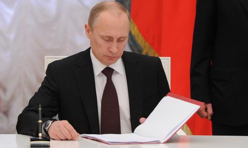 Путин подписал закон о прекращении выплат страховой пенсии