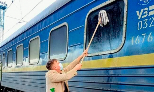 Иностранец проехался в поезде на Украине и возмутился
