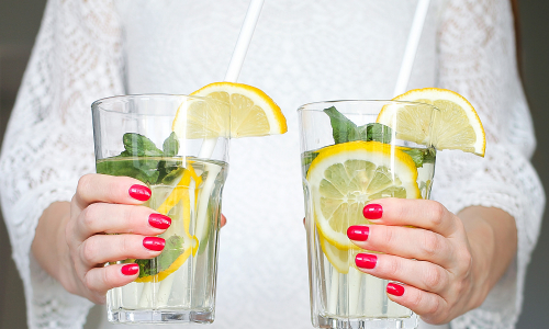 В чем польза воды с лимоном: ответ врачей