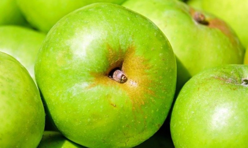Врач предупредила об опасности зеленых яблок