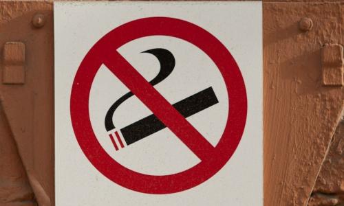 Назван лучший способ борьбы с курильщиками в подъездах